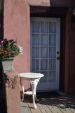 Plattelandshuisjedeur met bloem-01 Stock Fotografie