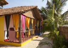Plattelandshuisjehuis in een toevlucht op de kust van het Arabische Overzees, Goa, India Stock Fotografie