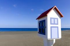 Plattelandshuisjemodel op het zwarte strand Royalty-vrije Stock Fotografie
