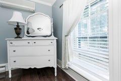 Plattelandshuisjeopmaker met spiegel Stock Foto
