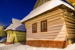 Plattelandshuisjes bij de winternacht royalty-vrije stock afbeelding