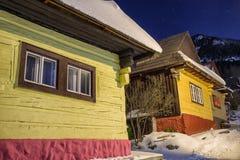 Plattelandshuisjes bij de winternacht royalty-vrije stock foto