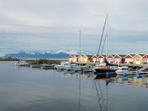 Plattelandshuisjes die dichtbij de kust onder de Noordpoolcirkel vissen stock foto's