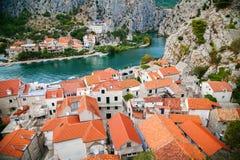 Plattelandshuisjes en rivier Cetina in stad Omis Stock Fotografie