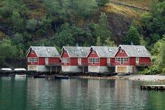 Plattelandshuisjes in Fjorden stock foto