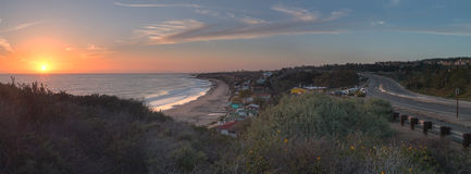 Plattelandshuisjes langs Crystal Cove Beach bij zonsondergang royalty-vrije stock fotografie