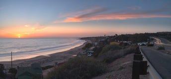 Plattelandshuisjes langs Crystal Cove Beach bij zonsondergang stock fotografie
