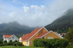 Plattelandshuisjes naast Sognefjord in Balestrand Stock Fotografie