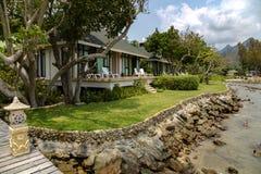 Plattelandshuisjes op het strand in een mooie tuin met groen gazon royalty-vrije stock foto