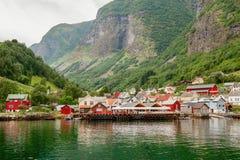 Plattelandshuisjes van de commune op de fjord, die van een veerboot worden gefotografeerd die van de sightseeingscruise in de zom royalty-vrije stock afbeeldingen