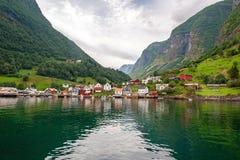 Plattelandshuisjes van de commune op de fjord, die van een veerboot worden gefotografeerd die van de sightseeingscruise in de zom stock fotografie