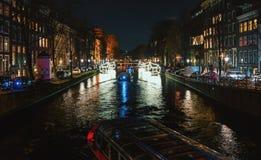 Plattelandshuisjes van lichte vlotter boven het kanaal tijdens het Festival van L Royalty-vrije Stock Foto