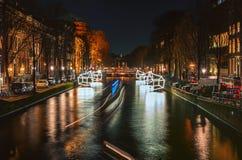 Plattelandshuisjes van lichte vlotter boven het kanaal tijdens het Festival van L Royalty-vrije Stock Fotografie