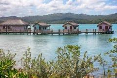 Plattelandshuisjes in water in Amber Cove, Dominicaanse Republiek stock foto's