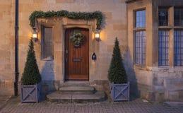 Plattelandshuisjevoorgevel bij Kerstmis, het Afbreken Campden Stock Foto's