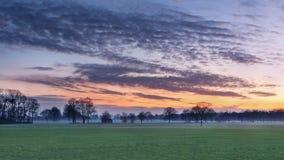 Plattelandslandschap met een kleurrijke zonsondergang, België royalty-vrije stock afbeeldingen