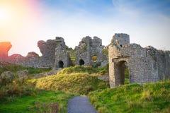 Plattelandslandschap met geruïneerde kasteel, heuvels en hemel Stradbally, Provincie Laois, Ierland royalty-vrije stock foto's