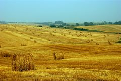 Plattelandslandschap met hooibergen stock foto