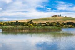 Plattelandslandschap met meer Royalty-vrije Stock Foto