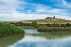Plattelandslandschap met meer Royalty-vrije Stock Afbeeldingen