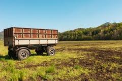 Plattelandslandschap met wagen voor landbouw Stock Foto's