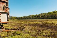 Plattelandslandschap met wagen voor landbouw Royalty-vrije Stock Afbeeldingen