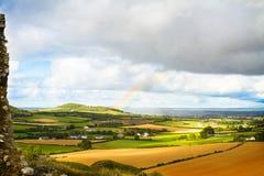Plattelandslandschap met weide en hemel Hooibalen of stro op landbouwgebieden royalty-vrije stock fotografie