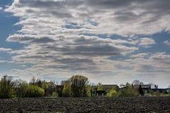 Plattelandslandschap van geploegd gebied in de lente, in Litouwen Royalty-vrije Stock Foto