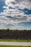 Plattelandslandschap van geploegd gebied in de lente, in Litouwen Stock Foto's