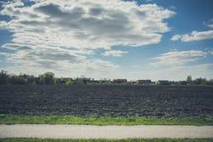 Plattelandslandschap van geploegd gebied in de lente, in Litouwen Stock Foto