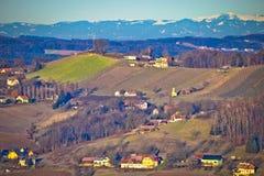 Plattelandslandschap van het gebied van Stiermarken met berg onder sneeuw Stock Fotografie