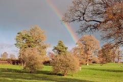 Plattelandsregenboog over het landschap van Engeland Stock Fotografie