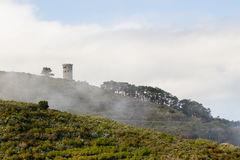Plattelandstoren in lichte mist bij ochtend stock foto
