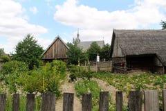 Plattelandstuinen en houten gebouwen stock foto's