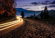 Plattelandsweg met autolichten bij nacht Royalty-vrije Stock Foto