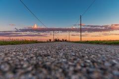 Plattelandsweg in zonsondergangtijd royalty-vrije stock fotografie