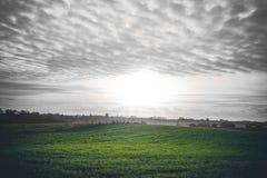Plattelandszonsopgang met groene gebieden stock foto's
