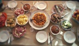 Platten auf dem Tisch mit Lebensmittel und Getränk Lizenzfreies Stockbild