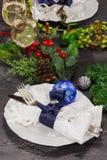 Platten auf dem Tisch mit Lebensmittel und Getränk Stockfotos
