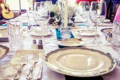 Platten auf dem Tisch mit Lebensmittel und Getränk Lizenzfreie Stockfotografie