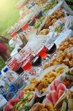 Platten auf dem Tisch mit Lebensmittel und Getränk Lizenzfreie Stockfotos