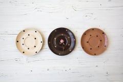 Platten auf weißem Holztisch Lizenzfreie Stockbilder