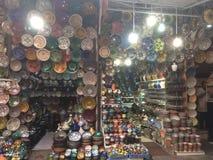 Platten in den souks von Marakesh, maroc lizenzfreie stockfotos