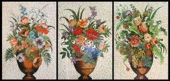 Platten des abgebrochenen Mosaiks. Drei Vasen mit Blumen Stockfoto