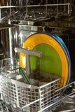 Platten in einer Spülmaschine Stockfotos