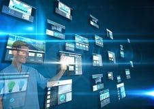 Platten mit den Website (dunkel) im dunkelblauen Hintergrund Mann, der Sachen auf es tut Stockbild