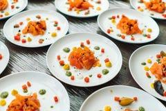 Platten mit geschnittenen Lachsen, Designer verzierter Koch stockbilder