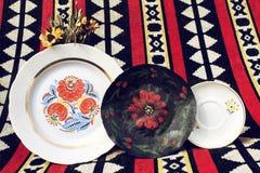 Platten mit nationalem Muster auf farbigem Hintergrund Stockbilder