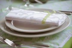 Platten und Gabeln auf dem Tisch Stockfoto