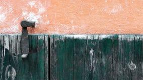 Platten und hölzerne Planken eines ländlichen Hauses mit Griff, Italien stock video footage